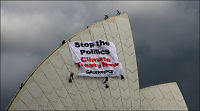Miljøaktivister bestiger operaen i Sydney