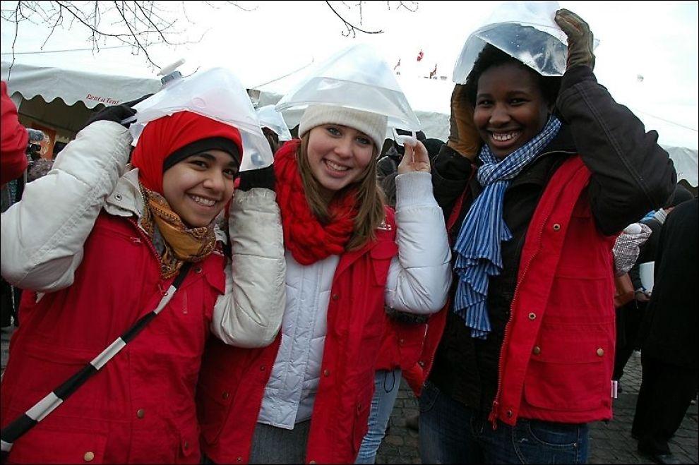 VANNBÆRERE: Babette Laubterg (fra høyre), Rebecca Vaa og Aysha Farooqui skal bære flere liter vann seks kilometer fra København sentrum og ut til Bella-senteret der klimatoppmøtet finner sted. Foto: STIAN EISENTRÄGER