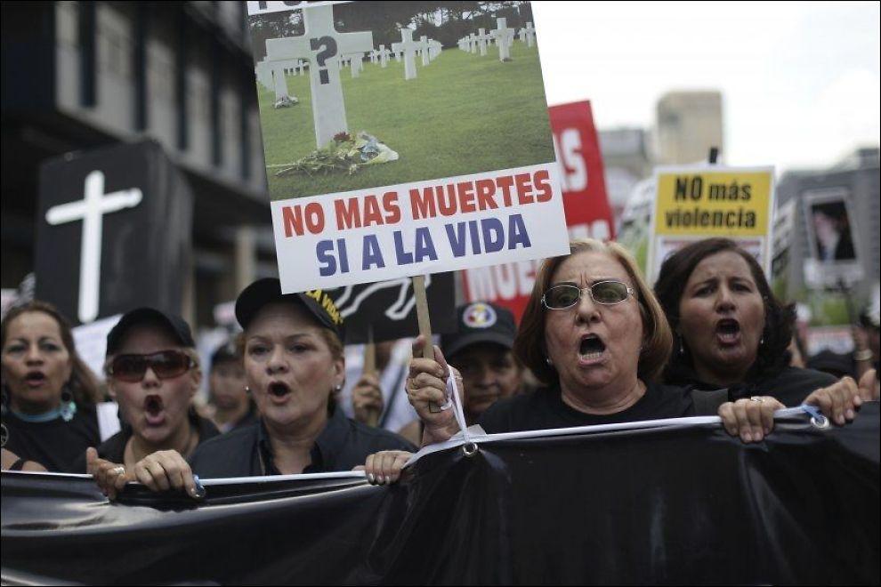 «IKKE FLERE DRAP, JA TIL LIVET»: Kvinner protesterer mot vold- og drapsstatistikken i Caracas i sommer. Over 1000 personer blir drept hver måned i Venezuela. Foto: AP
