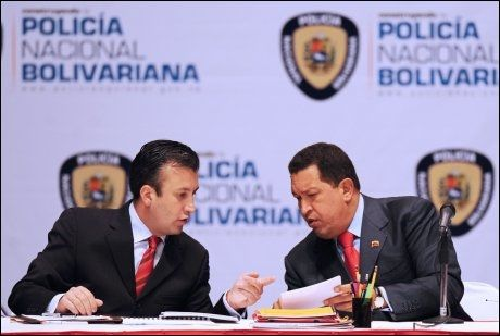 SOSIALISTER: Tarek El Aissami (til venstre) og Hugo Chavez på en pressekonferanse om den nye politistyrken. Foto: AFP