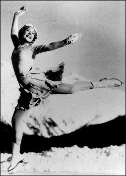 TIDLIG GOD: Her tar Sonja ett av sine fire OL-gull, i St. Moritz i 1928. Da var hun bare 15 år gammel. Fire år tidligere deltok hun i OL som 11-åring, men gjorde det ikke like skarpt da. Foto: Scanpix