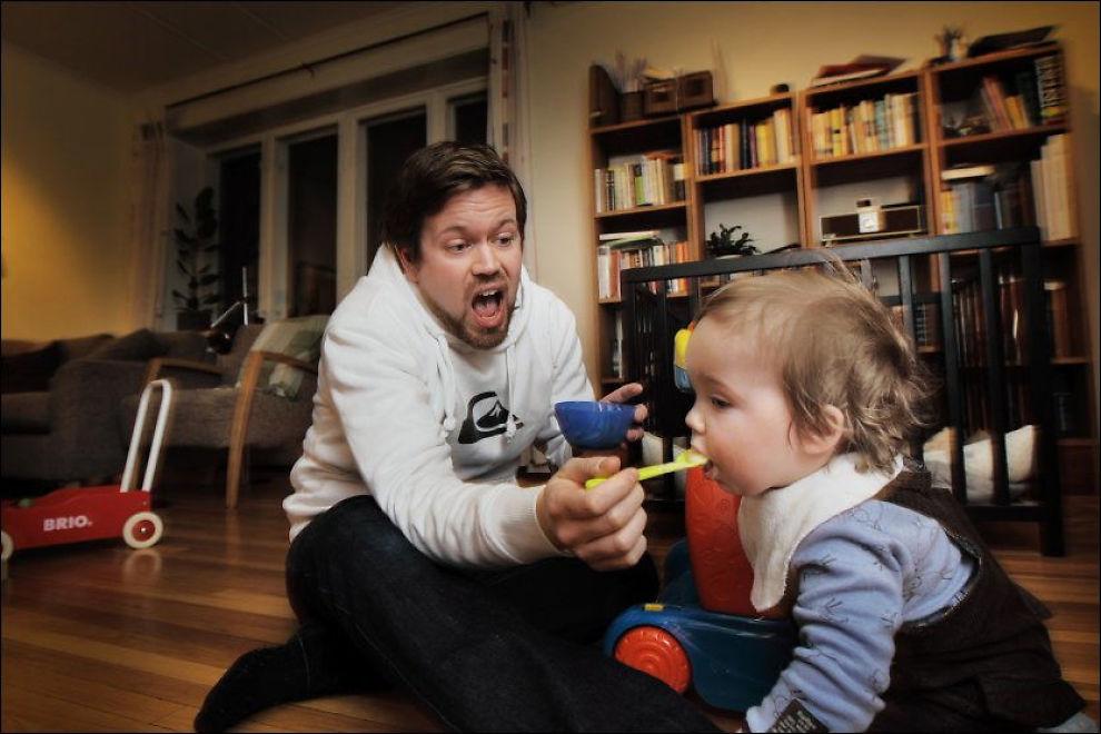 UENIG: Andreas Storhaug Drabløs (10 mnd) nyter godt av at Torgeir Drabløs (31) har lang fødselspermisjon. Men Torgeir tror Høyres forslag vil gi arbeidsgiverne og mødrene mer makt på bekostning av fedrene. Foto: ESPEN S. HOEN