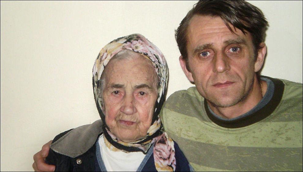 SISTE BILDE: Hamida Didovic (87) sammen med sønnesønnen Edin Didovic (40). Han er svært skuffet etter at en venn av familien er pågrepet. Foto: Privat