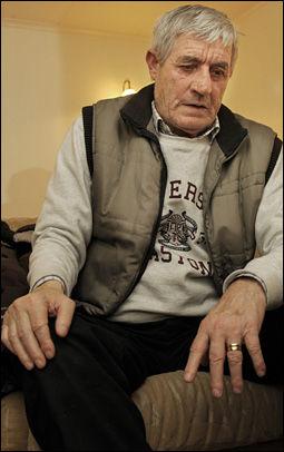 SJOKK: Sønnen Fehim Didovic (68) forteller VG at det var et grusomt syn da han fant sin drepte mor i går. Foto: Helge Mikalsen