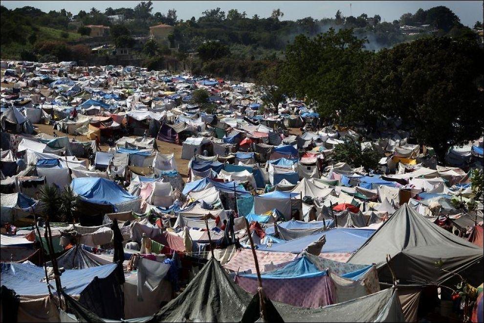 TELTBY: Den improviserte husbyggingen som nå er i gang, kan føre til at de midlertidige flyktningleirene i Port-au-Prince blir til nye, permanente slumområder. Her fra en teltby utenfor Port-au-Prince. Foto: AFP