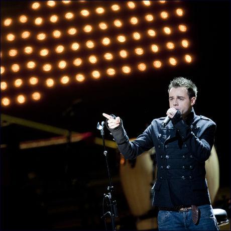 A1-vokalist Ben Adams under støttekonserten for jordskjelvrammede Haiti, i Operaen søndag kveld. Foto: Scanpix