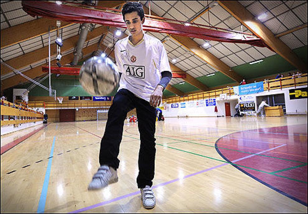 SIGNERTE PROFFKONTRAKT: Norske Etzaz Hussain signerte proffkontrakt med Manchester United på sin egen 17-årsdag. Foto: Christian Clausen, Østlandets Blad