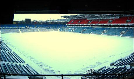 SNØ: Slik ser det ut på Ullevaal Stadion. Foto: Øyvind Askeland