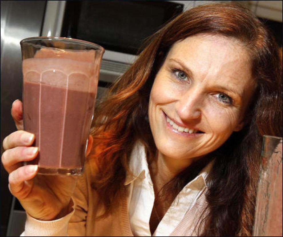 Ernæringsfysiolog Gunn Helene Arsky drikker en shake laget med acaipuré. I Norge får du ikke kjøpt ferske bær, men de finnes i frossenpuré i helsekostbutikker. Foto: Jan Petter Lynau