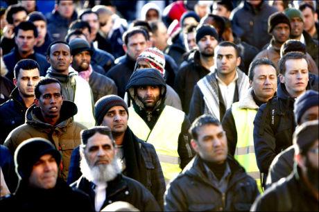DEMONSTRASJON: Tidligere terrortiltalte Arfan Bhatti (midt i bildet) blant demonstrantene som var samlet på Universitetsplassen i Oslo fredag ettermiddag, i protest mot Muhammed-tegningen som ble trykket i Dagbladet. Foto: SCANPIX