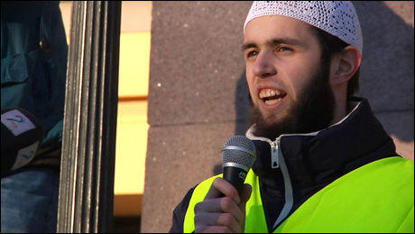 TALER: Yousef Assidiq holdt appell på Universitetsplassen. Foto: DAVID ANDRESEN