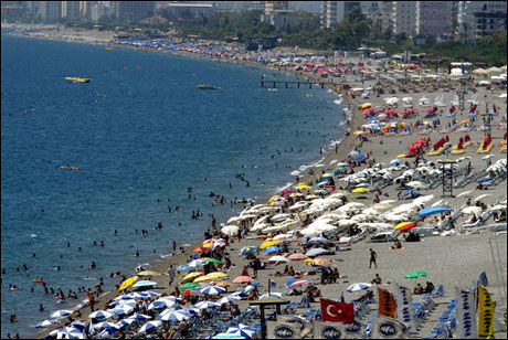 POPULÆR FERIEKYST: Også på Antalya-kysten - inngangsporten for de fleste utenlandske feriegjestene til Tyrkia - praktiserer passkontrollørene visumbestemmelsene ulikt, ifølge norske feriehuseiere. Foto: AP