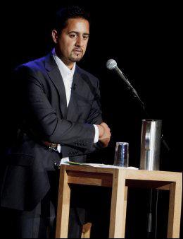 VENNER PÅ FACEBOOK: Venstres Abid Raja mener at Moyeldeen Mohammad er ekstrem. Foto: Scanpix