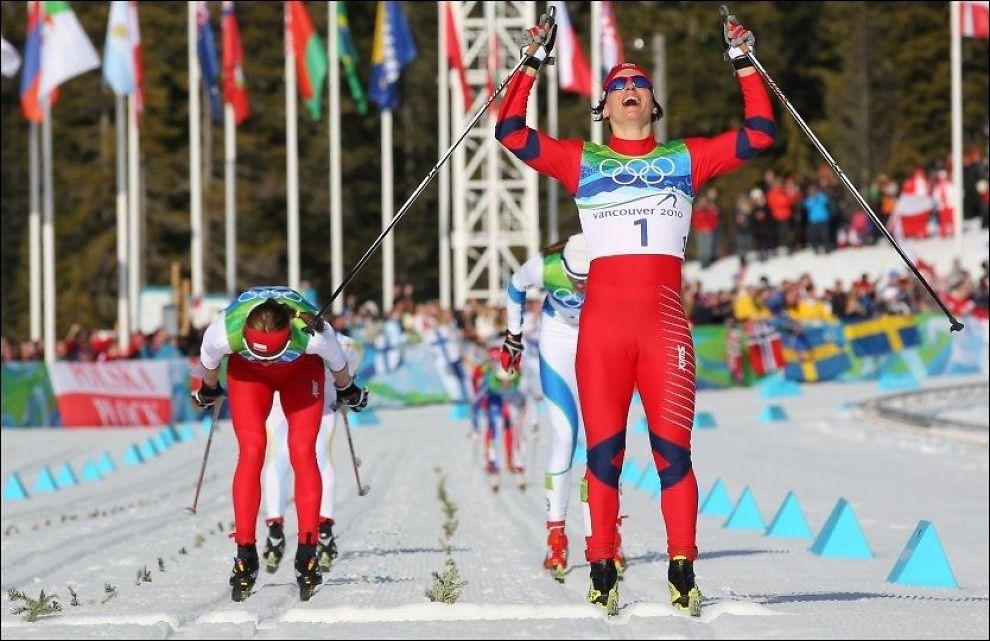 FÅR KRITIKK: Her går Marit Bjørgen i mål til sitt første OL-gull av to så langt. Hun ville ikke klart noen gull uten de spesielle medisinene hun har fått tillatelse til å bruke, ifølge Justina Kowalczyk (t. v.). Foto: Scanpix