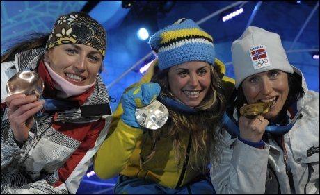 TIL ANGREP: Justina Kowalczyk måtte ta til takke med bronse på 15 kilometer med skibytte, mens Marit Bjørgen tok gullet. Nå går den polske jenta til verbalt angrep på OL-dronningen. I midten: sølvvinner Anna Haag (Sverige). Foto: AFP