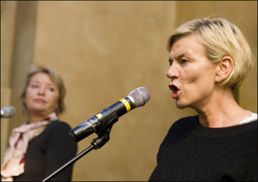 ADVARER: All statistikk viser at kvinner taper på å få barn, mener Ingunn Yssen (foran) og Marie Simonsen. Foto: Scanpix