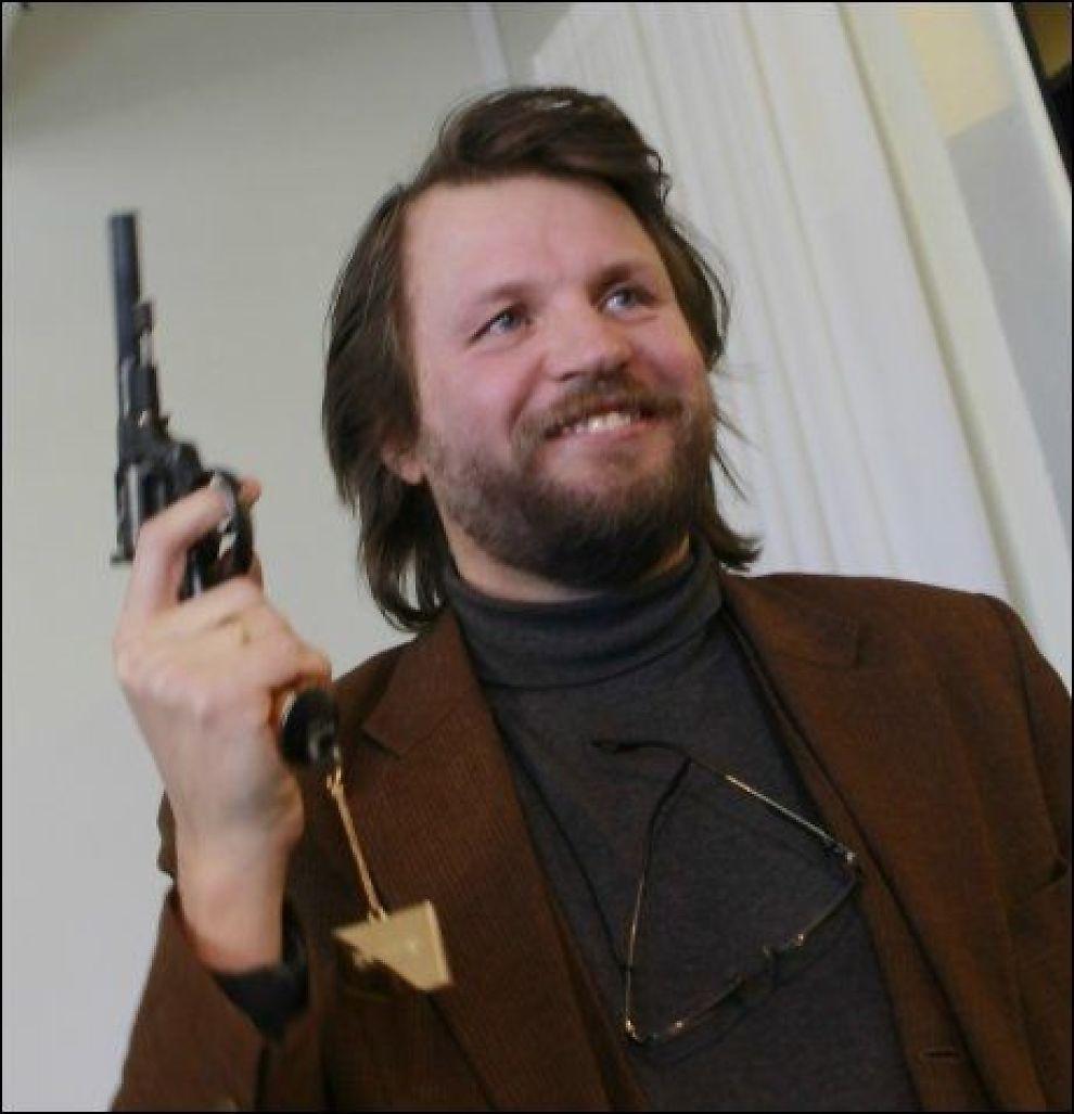 VANT PISTOL: Tom Egeland (50) med den gylne pistolen under dagens overrekkelse av Rivertonprisen i Oslo. Foto: Morten Holm, Scanpix