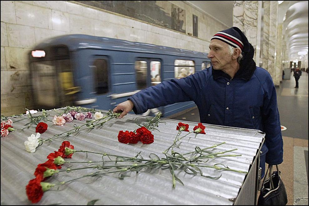 I SORG: En mann legger ned blomster på Avtozavodskaya-stasjonen etter et terrorangrep i Moskva i 2004. I dag fant en lignende hendelse sted. Foto: EPA