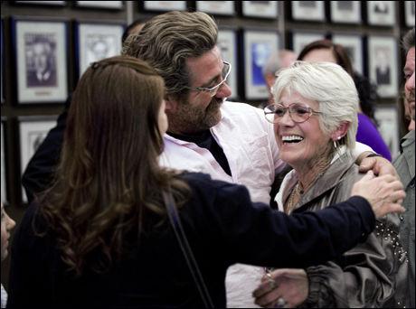 SLEKTNINGER: Robert Samsoe og hans mor Marianne Connelly er slektninger av 12-åringen som ble drept av Alcala på 70-tallet. Det brøt ut applaus i retten da juryen la ned påstand om dødsstraff tidligere i mars. Foto: AP Foto:
