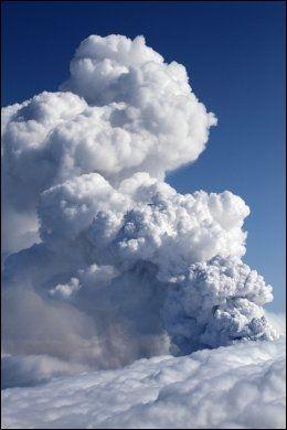 VULKANUTBRUDD: Asken fra vulkanutbruddet på Island onsdag kan føre til at flymotorer blir ødelagt. Foto: Reuters