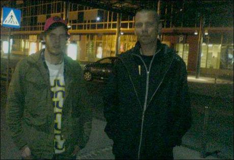 PÅ VEI TIL WIEN: Ole Kristian Årmot og Torstein Hus fra Voss har leid bil fra Slovenia for å haike videre med en chartret buss fra Wien. Foto: PRIVAT