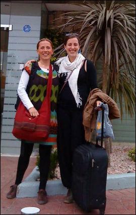 PÅ VEI HJEM: Birgitte Dahl Knutsen og Freja Karoline Kristoffersen har fått skyss fra Alicante i Spania til Norge. Foto: PRIVAT