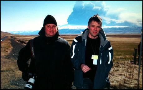 VED VULKANEN: Thomas Nilsson (t.v) og Anders Giæver fra VG er på plass ved Hvolsvöllur på Island. Foto: Thomas Nilsson.