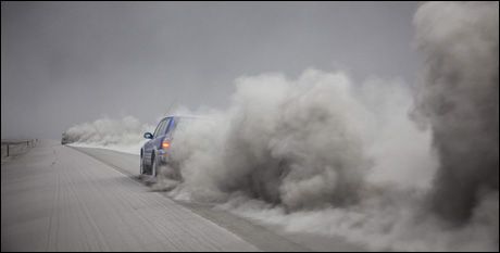 STØVSKY: Biler virvler opp aske på islandske veier. Foto: AP Photo/Omar Oskarsson