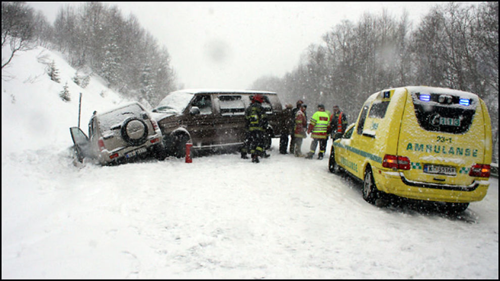ALVORLIG ULYKKE: Tre personer ble alvorlig skadet etter en bilulykke på Ørskogfjellet søndag. Foto: Reidar Opsal