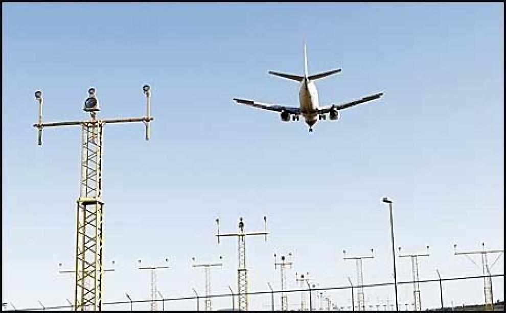 PÅ VINGENE: Et Norwegian-fly går inn for landing på Gardermoen mandag. Sent mandag kveld opplyste Avinor at luftrommet over hele Norge er gjenåpnet. Foto: Håkon Mosvold Larsen/Scanpix