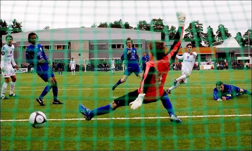 SCORET: Kamer Qaka blir her Vålerengas yngste målscorer noensinne. 15-åringen scoret VIFs 11. mål i cupkampen mot Oppsal torsdag. Foto: Scanpix