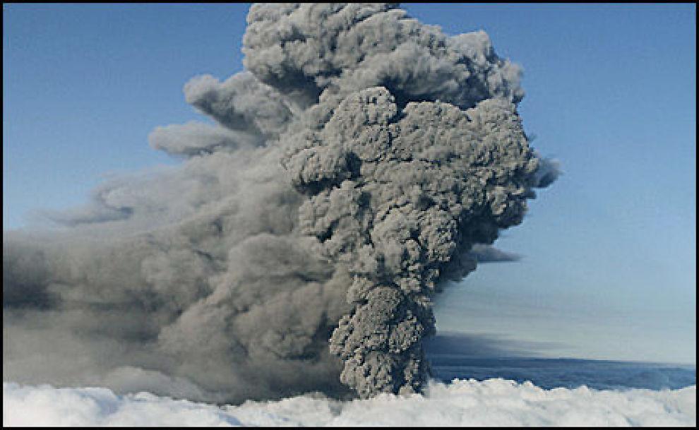 MINDRE ASKE: Askestrømmen fra vulkanen under isbreen Eyjafjallajökull var fortsatt kraftig 17. mai. Nå har den blitt mindre. Foto: Reuters