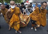 Soldater rykker fram mot tempel i Bangkok