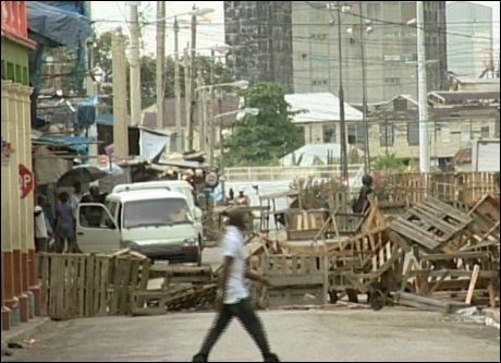 BARRIKADE: Tilhengerne av nadelederen har satt opp barrikader i sentrum av Kingston. Foto: Reuters