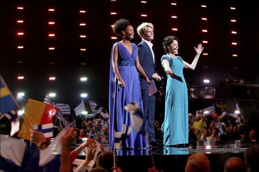 FÅR LITT PEPPER: Haddy N'jie (f.v), Erik Solbekken og Nadia Hasnaoui under den første delfinalen i går kveld. Foto: SCANPIX