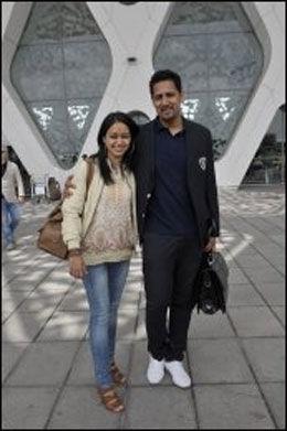 Abid Raja og kona Nadia var i strålende humør da de ankom Marrakesh for å delta i Petter Stordalens bryllup. Foto: Gøran Bohlin