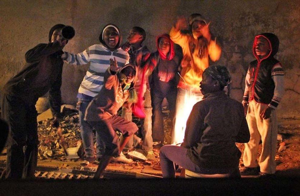 FOTBALL-GLEDE: Barn i den fattige bydelen Alexandra vinker og smiler til kamera når VG Netts journalist besøker townshipen kvelden før VM starter. Foto: Jamel Rake
