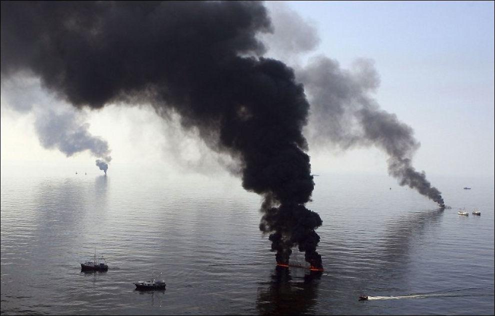 SVINEDYRT: BP brenner oljeflak som har nådd havoverflaten utenfor kysten av Louisiana. Mandag opplyste BP at ulykken så langt har kostet selskapet 1,6 milliarder dollar, som tilsvarer cirka 10 milliarder norske kroner. Foto: REUTERS