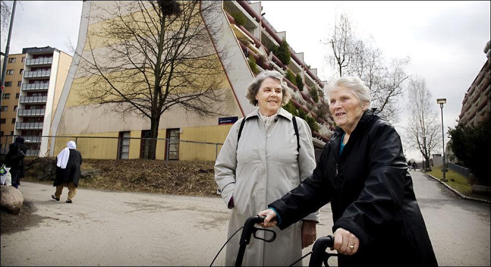 SER ENDRINGENE: Solveig Andersen (87) og Reidun Sandstrand (78) tar av og til en kaffe etter handleturen på eldresenteret på Stovner senter. De synes det er synd at så mange norske barnefamilier flytter fra bydelene i Groruddalen. Foto: Line Møller