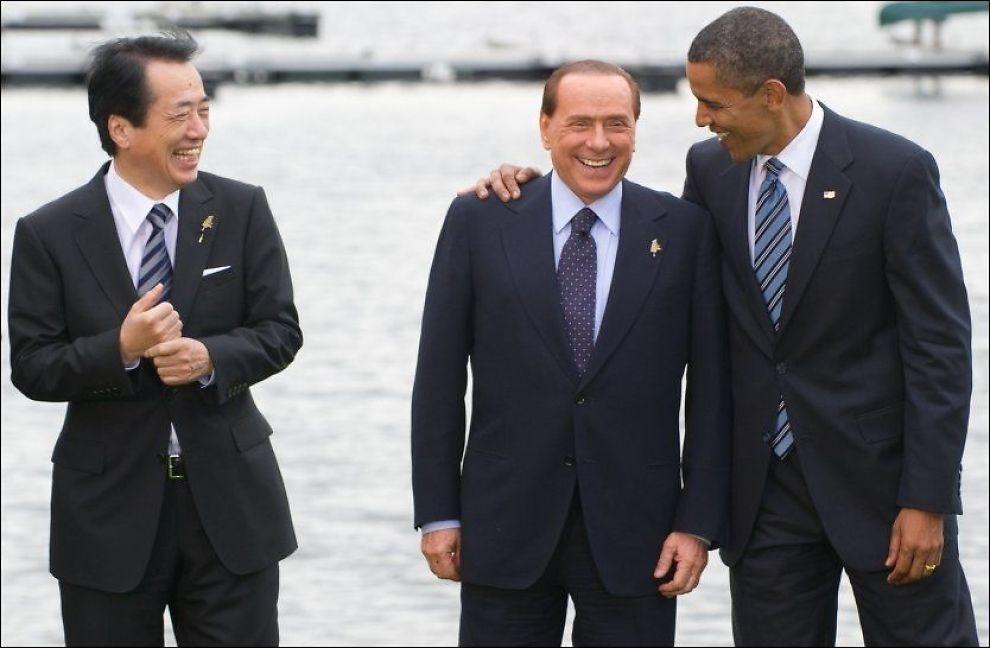KOSER SEG: Japans statsminister Naoto Kan, Italias statsminister Silvio Berlusconi og USAs president Barack Obama koser seg ved Peninsula Lake på G8-møtet like utenfor Toronto. Foto: AP