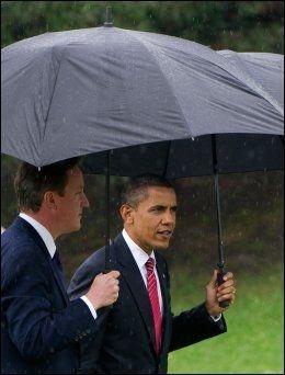 UNDER PARAPLYEN: USAs president Barack Obama rusler sammen Storbritannias statsminister David Cameron i regnværet i Huntsville, der G8-møtet finner sted. Foto: AFP