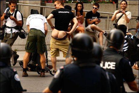 VISER ROMPA: En demonstrant viser rompa til opprørspoliti i Toronto under G8-møtet. Foto: AFP