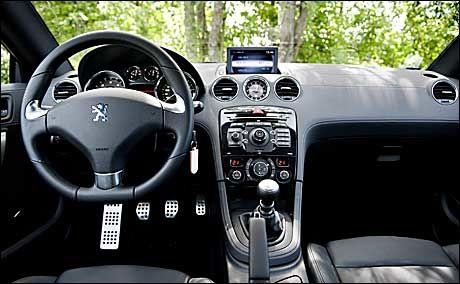 MER TRADISJONELL: Innvendig er ikke Peugeot RCZ like spennende. Foto: Eivind Griffith Brænde
