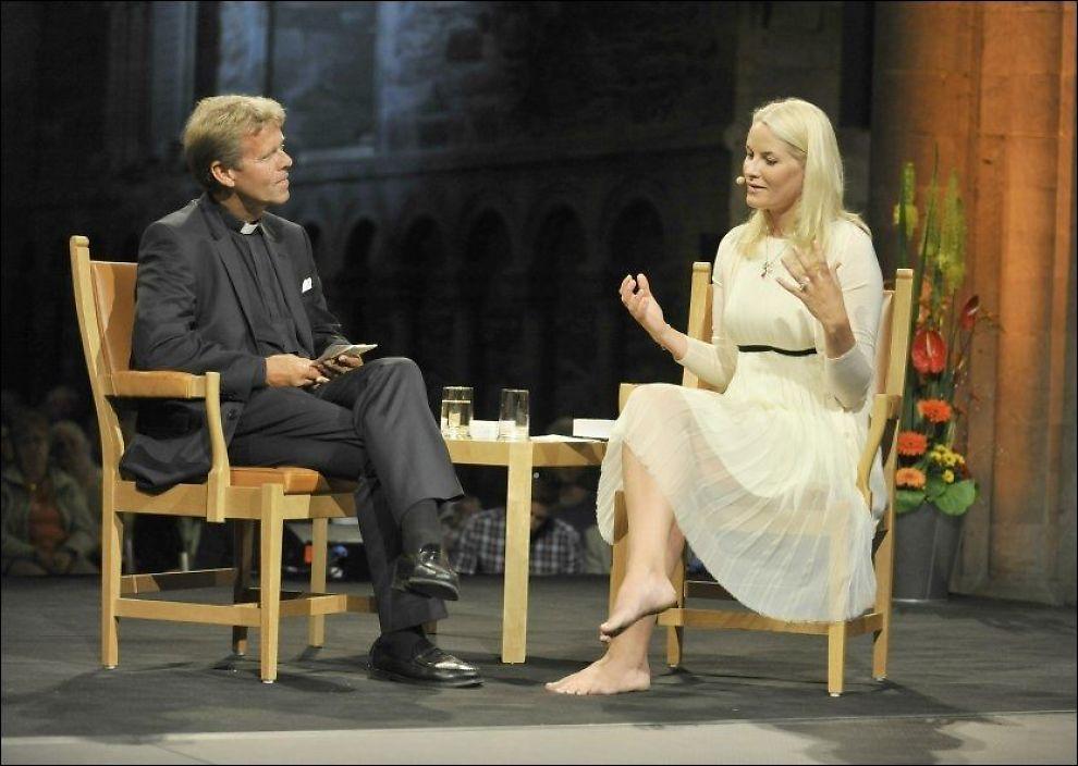 SNAKKET OM DØD: Kronprinsesse Mette-Marit i samtale med stortingsprest Per Arne Dahl i Nidarosdomen. Foto: Scanpix