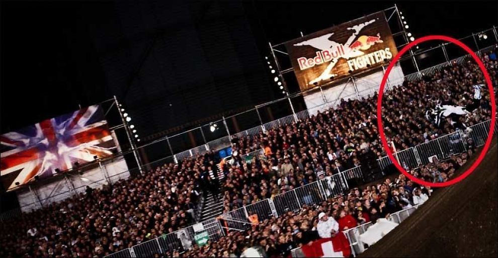 OPS! André Villa mistet kontrollen under X-fighters-konkurransen i London lørdag kveld og landet ute blant publikum. Foto: Red Bull