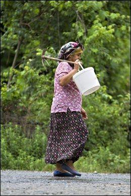 LANDSBYLIV: I landsbyene bruker de fleste kvinenne de tradisjonelle småblomstrete, luftige bomullsbuksene. Foto: Gisle Oddstad
