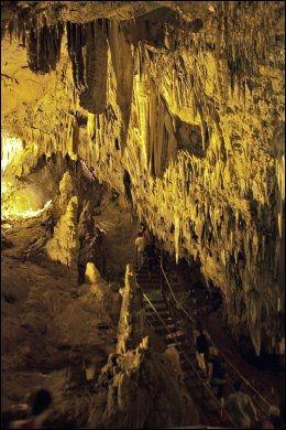 DIM CAVE: Ved Dim-elven ligger Dim-grotten, med sine spennede dryppsteinsformasjoner. Foto: Gisle Oddstad
