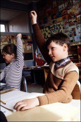 RAKK OPP HÅNDEN: Her rekker kronprins Haakon opp hånden da han var elev ved Smestad skole i Oslo 29. april 1981. Foto: Scanpix
