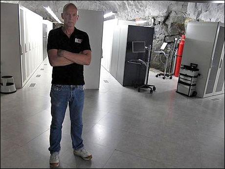 SERVERE: Prosjektleder Kristian Thorin vokter serverne. Foto: Jonas Tjersland