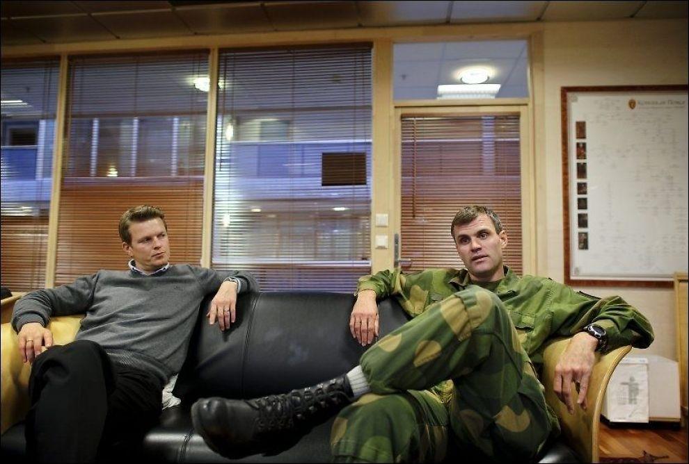 OPPVASK: Telemark bataljon-sjef Lars Lervik (til høyre) innkalte mandag til oppvaskmøte i forbindelse med sjokkuttalelsene til de norske soldatene i Afghanistan. Her sammen med presserådgiver John Vegar Gystad. Foto: Kristian Helgesen